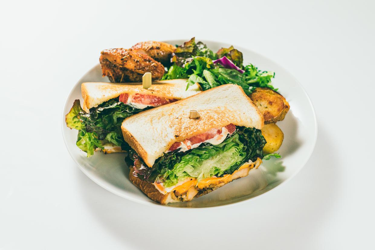 グリルチキンとチェダーチーズのサンドイッチ&チキンコンボ